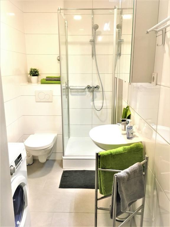 Schönes Helles Badezimmer Mit Weißen Fliesen Und Grünen Elementen - Grüne fliesen bad