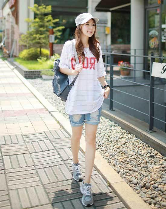 Năng động khỏe khoắn cùng sét đồ áo phông dáng rộng, quần short và giày thể thao