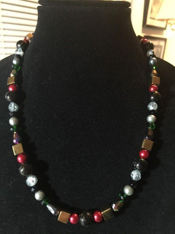 Este es un collar grueso para el espíritu libre y divertido. Perlas multicoloras burlan este collar una pieza. Por favor seleccione la longitud al hacer tu pedido.