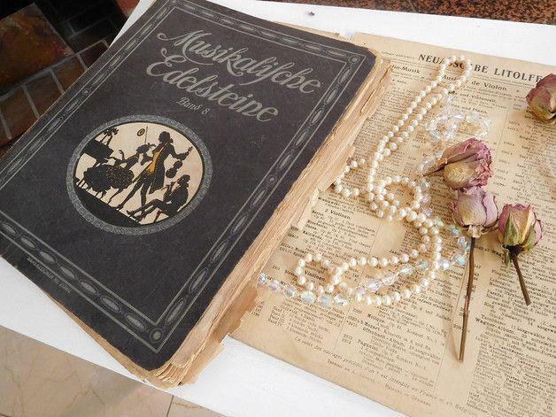 Zauberhaftes altes Notenbuch, mit einigen Zeichen der Zeit, die