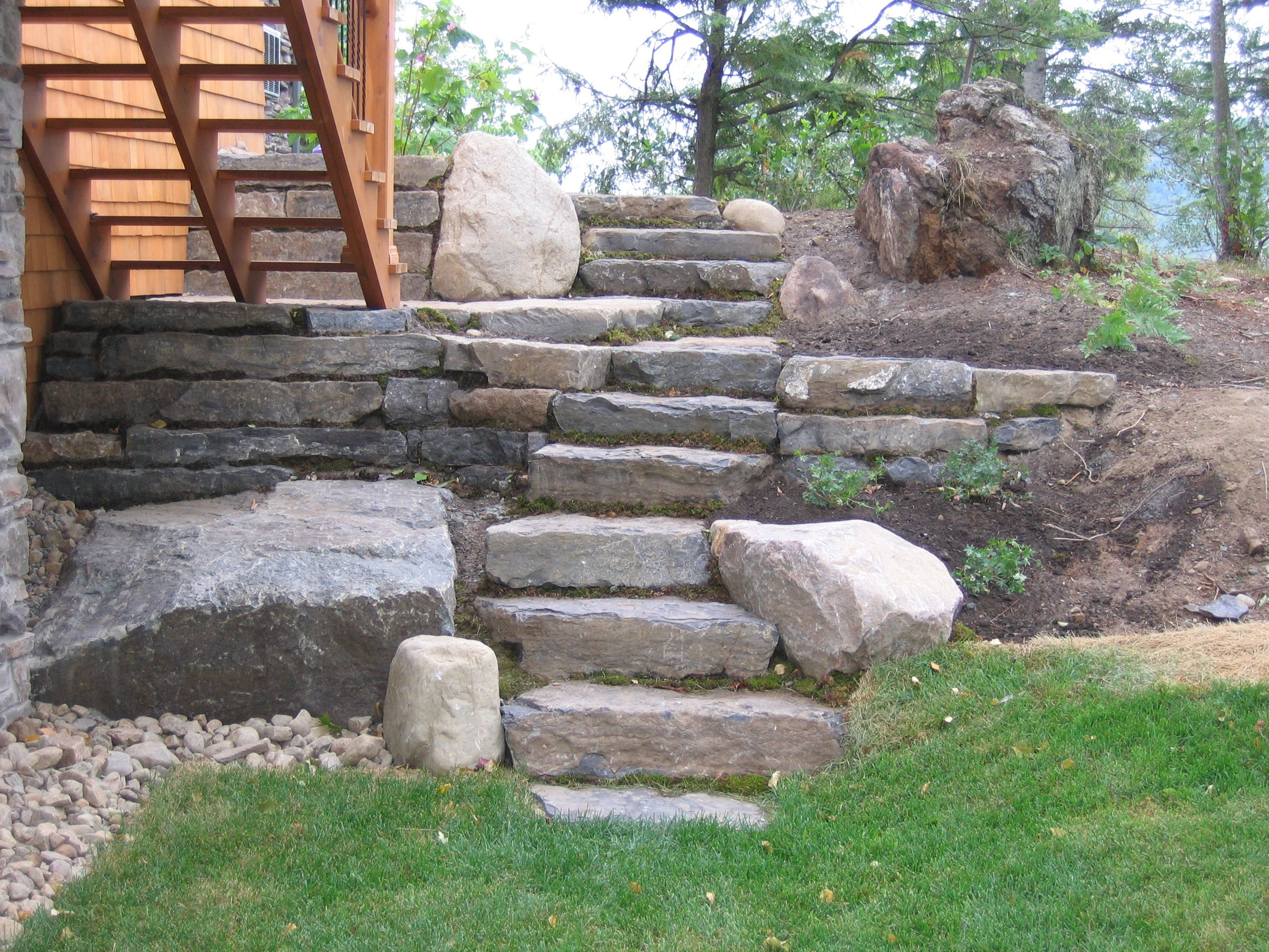 Escaliers réalisés avec des grosses pierres naturelles. #landscaping #amenagementpaysager