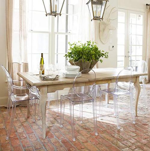 Dica para sala de jantar: Móveis transparentes de vidro ou o acrílico aumentam a sensação de amplitude do ambiente. #cadeiras #móveis #cozinha #saladejantar #decoracao #homedecor #decor #carrodemola #decorarfazbem #comprardecoracao.