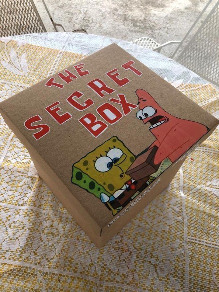 Le da a su novio una caja secreta de Bob Esponja y