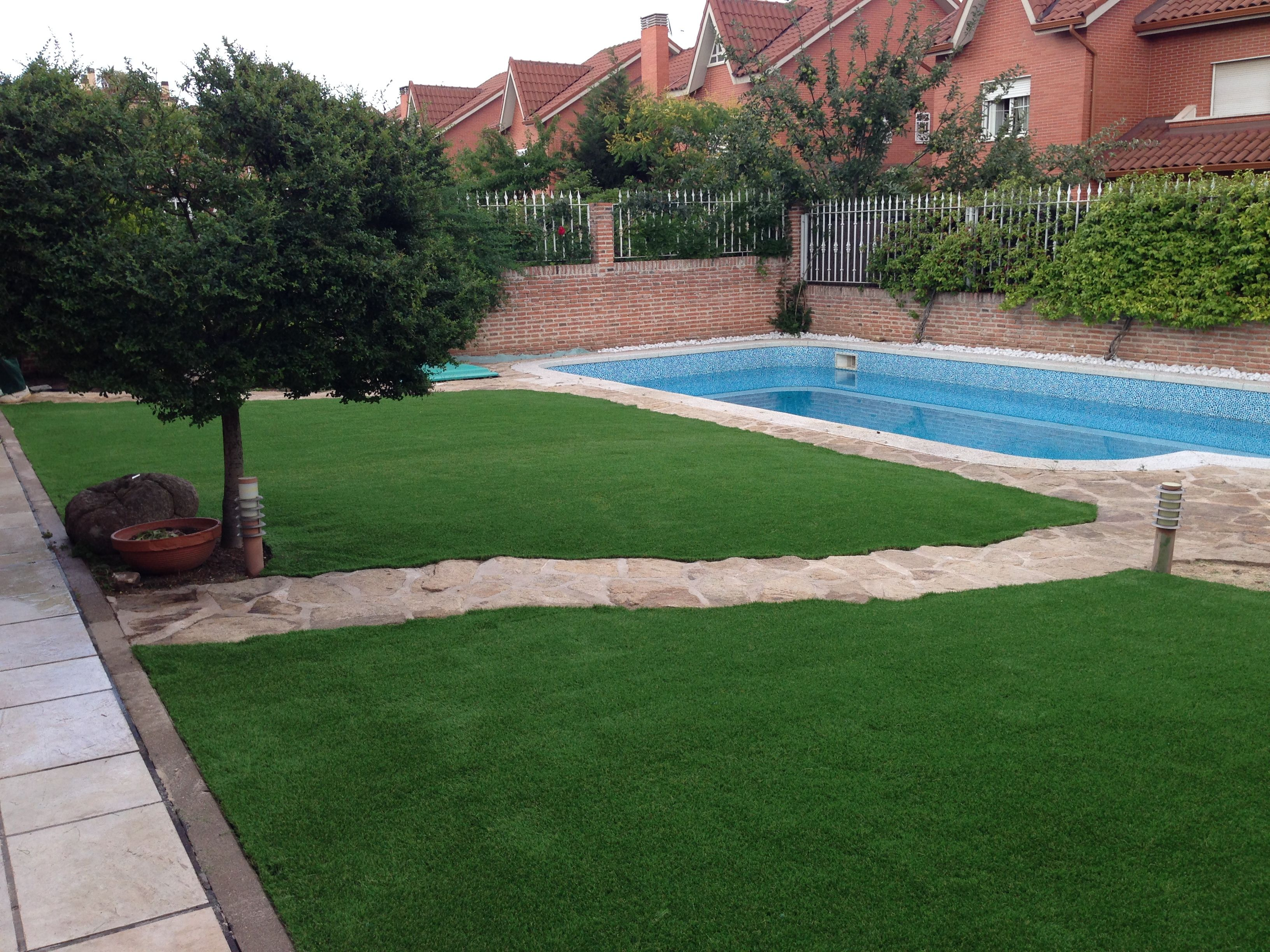 Jardin con c sped artificial para so xtra alrededor de - Cesped artificial tarkett ...