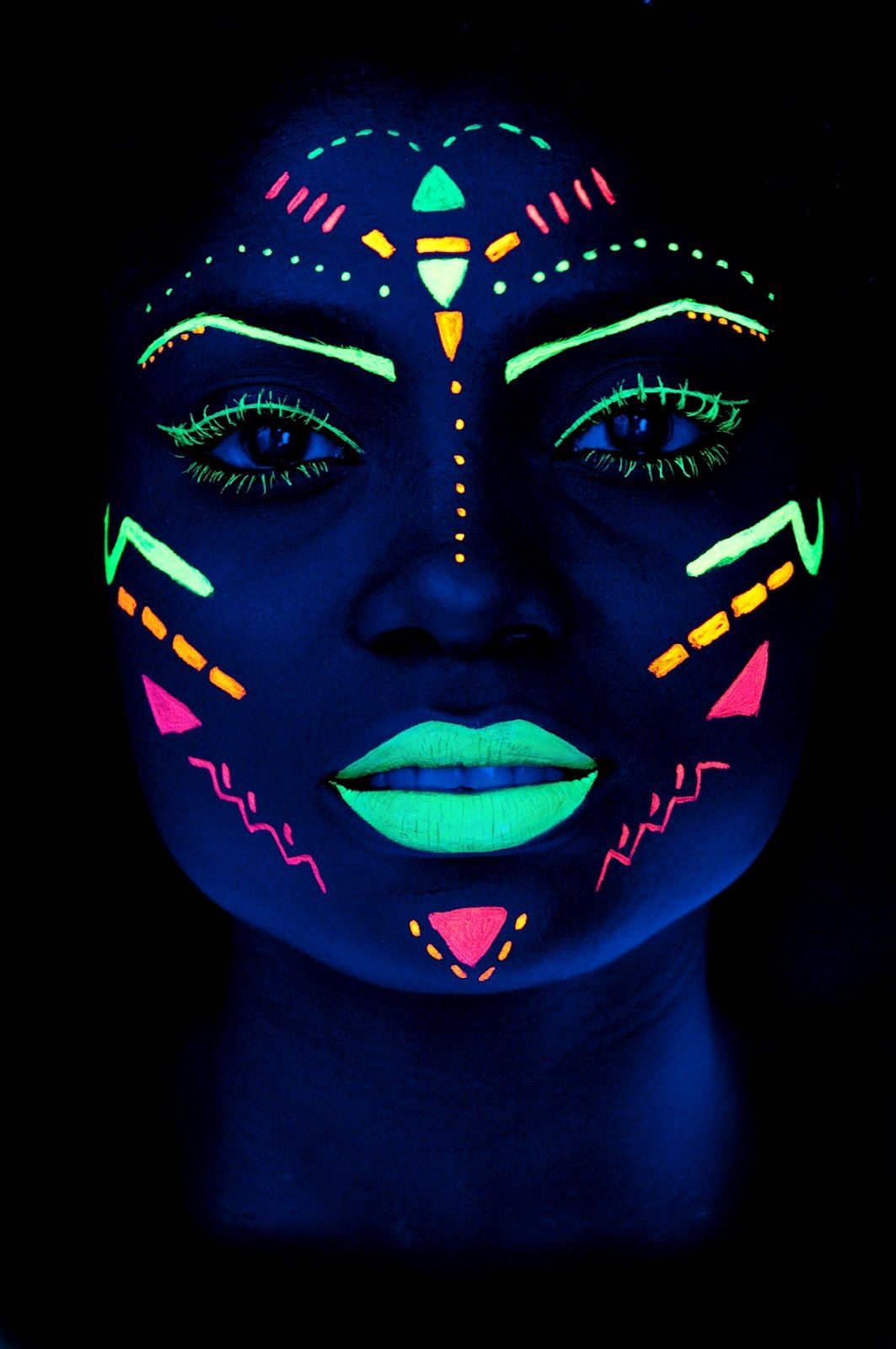 Neon Simply Has A Way Of Enhancing Some Things With Such A Brightness Mix Of Darkness And Brightness Maquillaje De Neon Fotografia Neon Pinturas Faciales