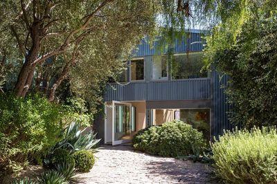 L'entrée de maison de Patrick Dempsey respire la verdure. Plus de photos sur Côté Maison http://petitlien.fr/83o1