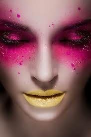 Sombra rosa e batom amarelo.
