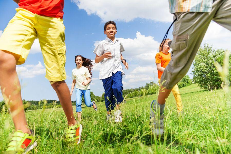 Možno pôjdete toto leto pracovať do tábora ako animátori, alebo idete na veľkú stanovačku s priateľmi a ich deťmi, v takom prípade dobrých hier nikdy nie je dosť. Pozrime sa dnes na tie, ktoré sa dajú využiť vonku, napríklad na ihrisku, na lúke alebo v lese.