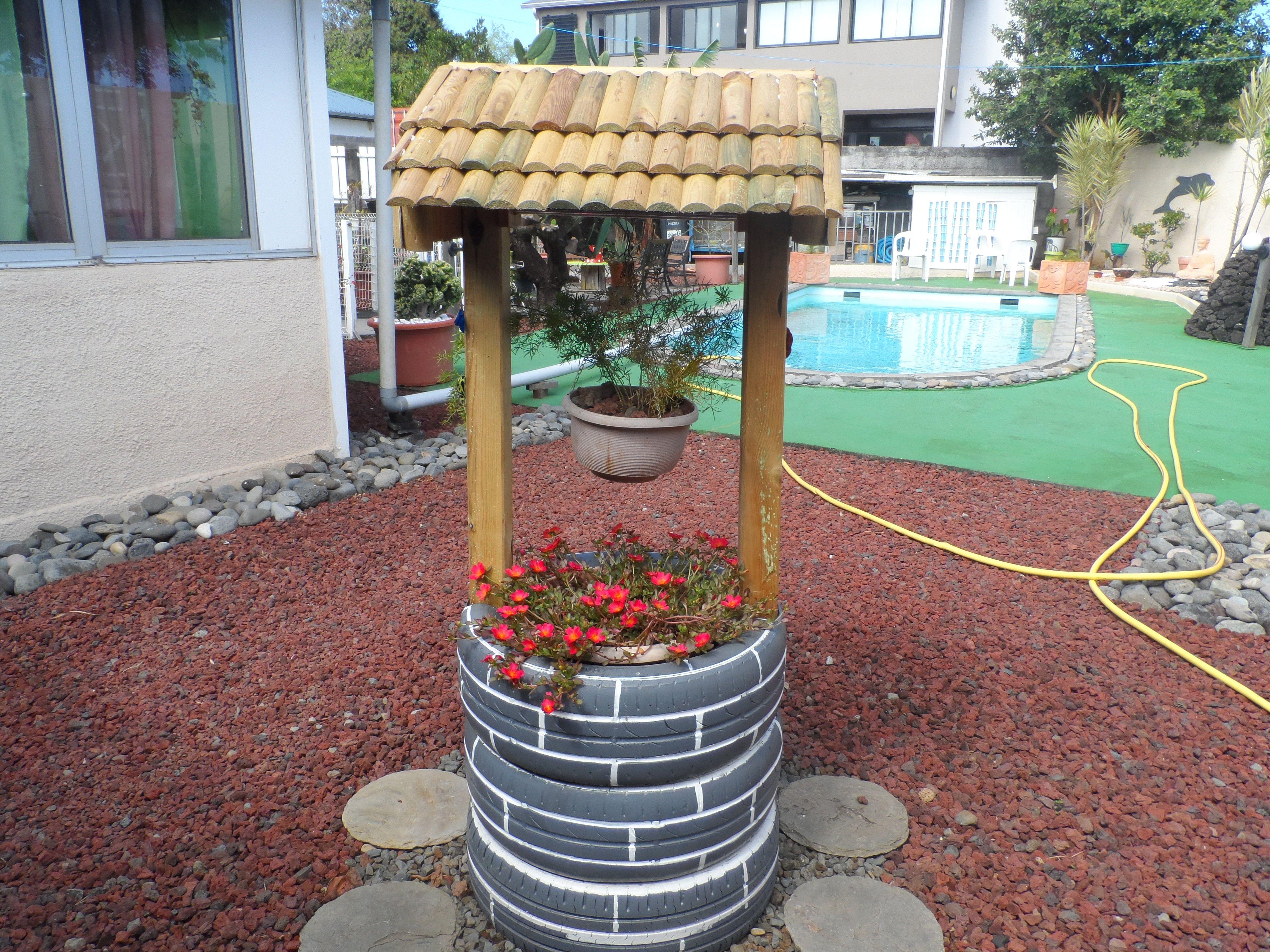 mon puits est fait de pneus et pour le toit des bordures de jardin en bois puits recycl. Black Bedroom Furniture Sets. Home Design Ideas