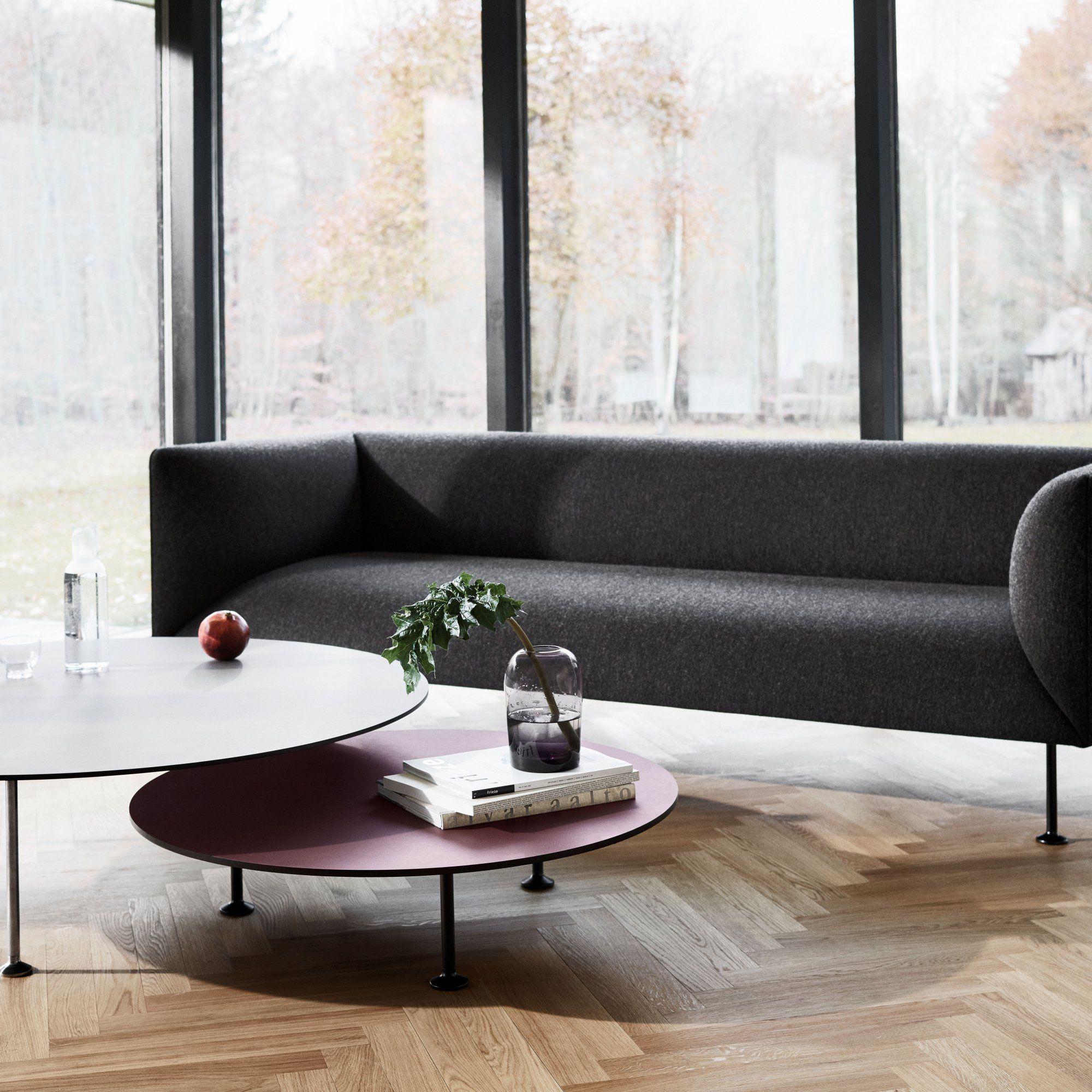une table basse ronde et de couleur bordeaux avec pied en noir en fer tables tables basses et. Black Bedroom Furniture Sets. Home Design Ideas