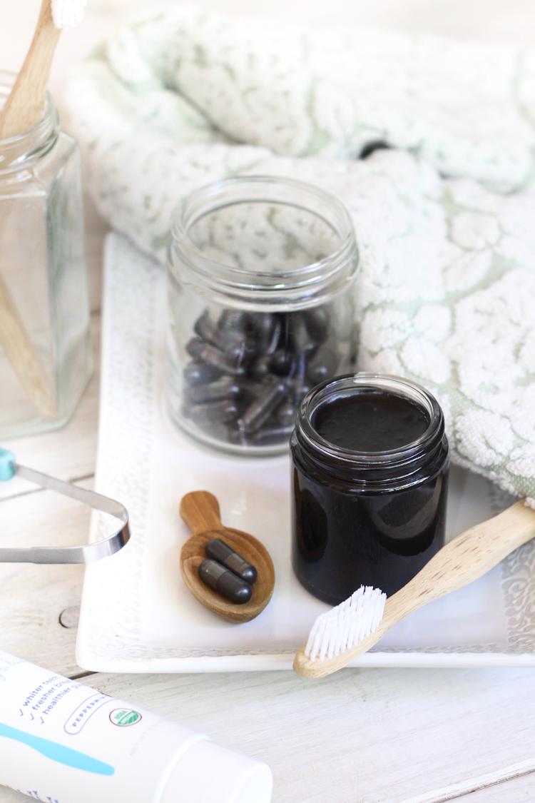 Wahnsinnig einfache DIY Aktivkohle Zahnweiß-Paste   – Body Unburdened