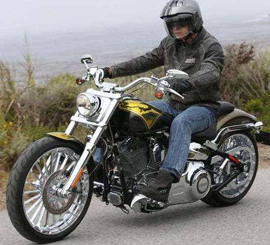 harley_davidson_2013_breakout_cvo_in_pagan_gold_paint_marks_110th_anniversary_up5af.jpg (550×499)