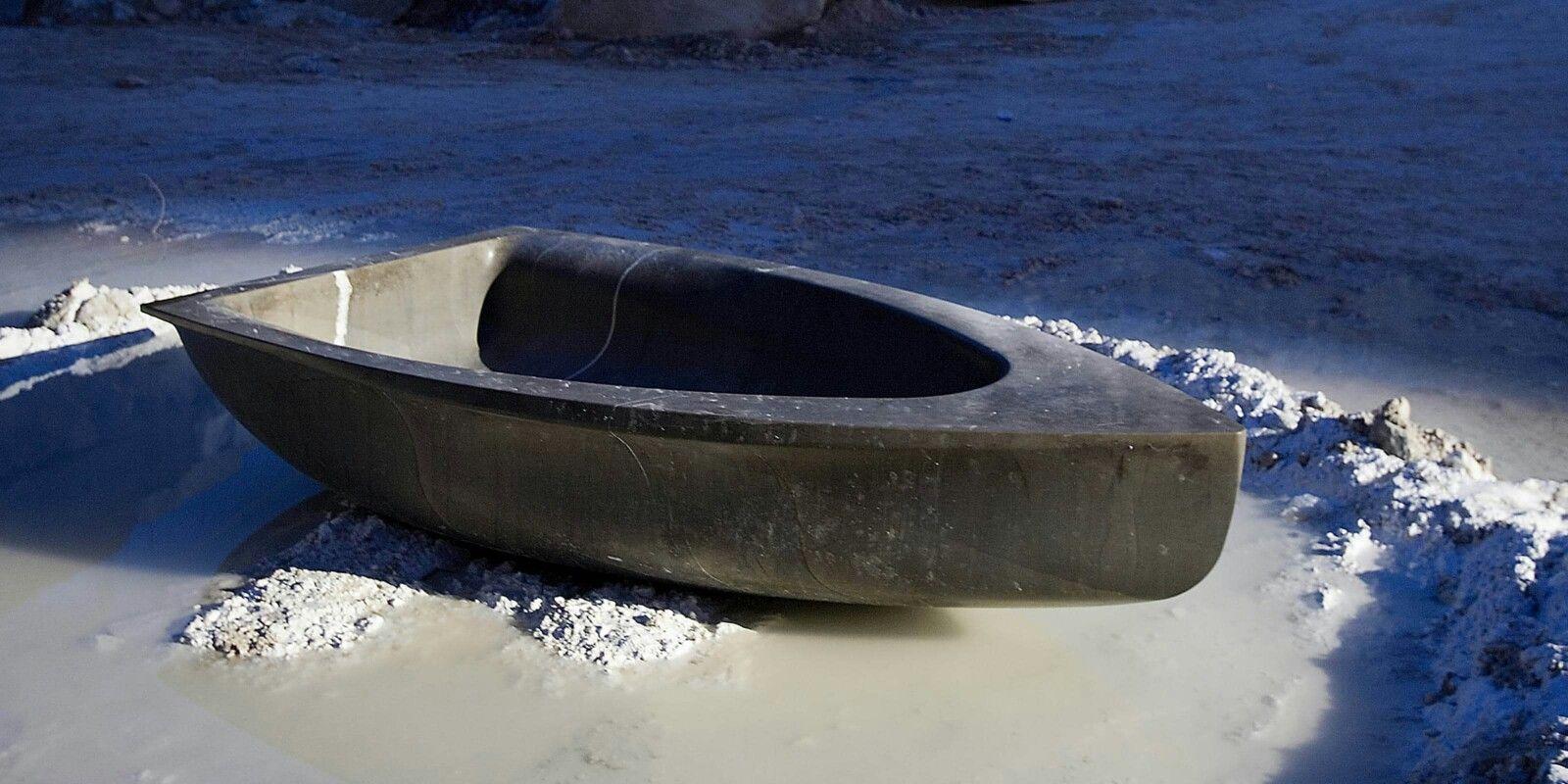 Vascabara bathtub by Antonio Lulu Een stenen badkuip, in de vorm van een boot. Deze badkuip heeft een gewicht van 600kg en is uiterst geschikt voor buitengebruik.