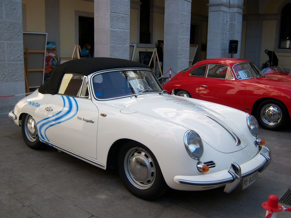 Edizione 2011: Porsche 356 Speedster. Ancora oggi, una vettura apprezzatissima dagli appassionati di auto storiche di tutto il mondo. #porsche #speedster #auto #epoca #eleganza #passione #bianco