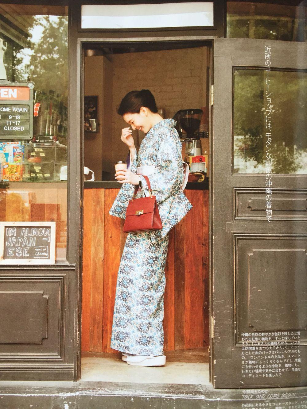 沖縄の自然な色彩を取り入れた着物に赤茶のバッグを合わせる知花くらら