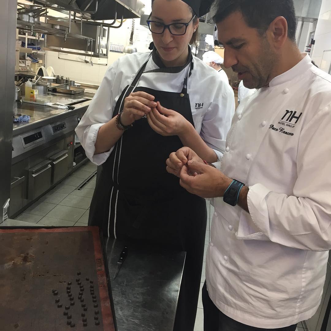 """Desde @laterrazacasino os presento a Marina, haciendo """"granos de café"""", trabajo laborioso y delicado. ¡Feliz sábado! #trabajoenequipo #gastronomia #noparamos"""