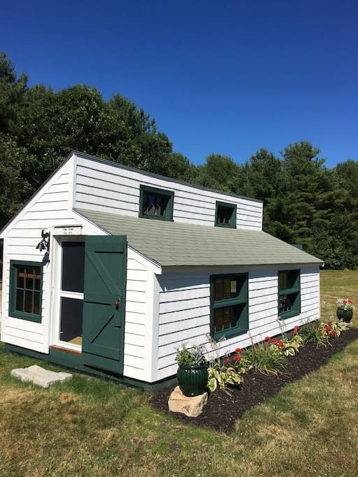 House in Kennebunkport, United States. If you're looking for a unique place to rent, THIS is it! This sweet little cottage is perfect for your getaway to Maine. It is a unique, private, comfortable spot with lots of history to be shared with you. It is not for everyone....you will need...