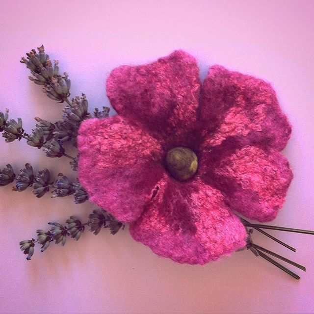 Nassgefilzte #Blüte #nassgefilzt #wetfelted #filzblume #feltflower #feltedart #handmade #diy #handcrafted #feltro #fieltro