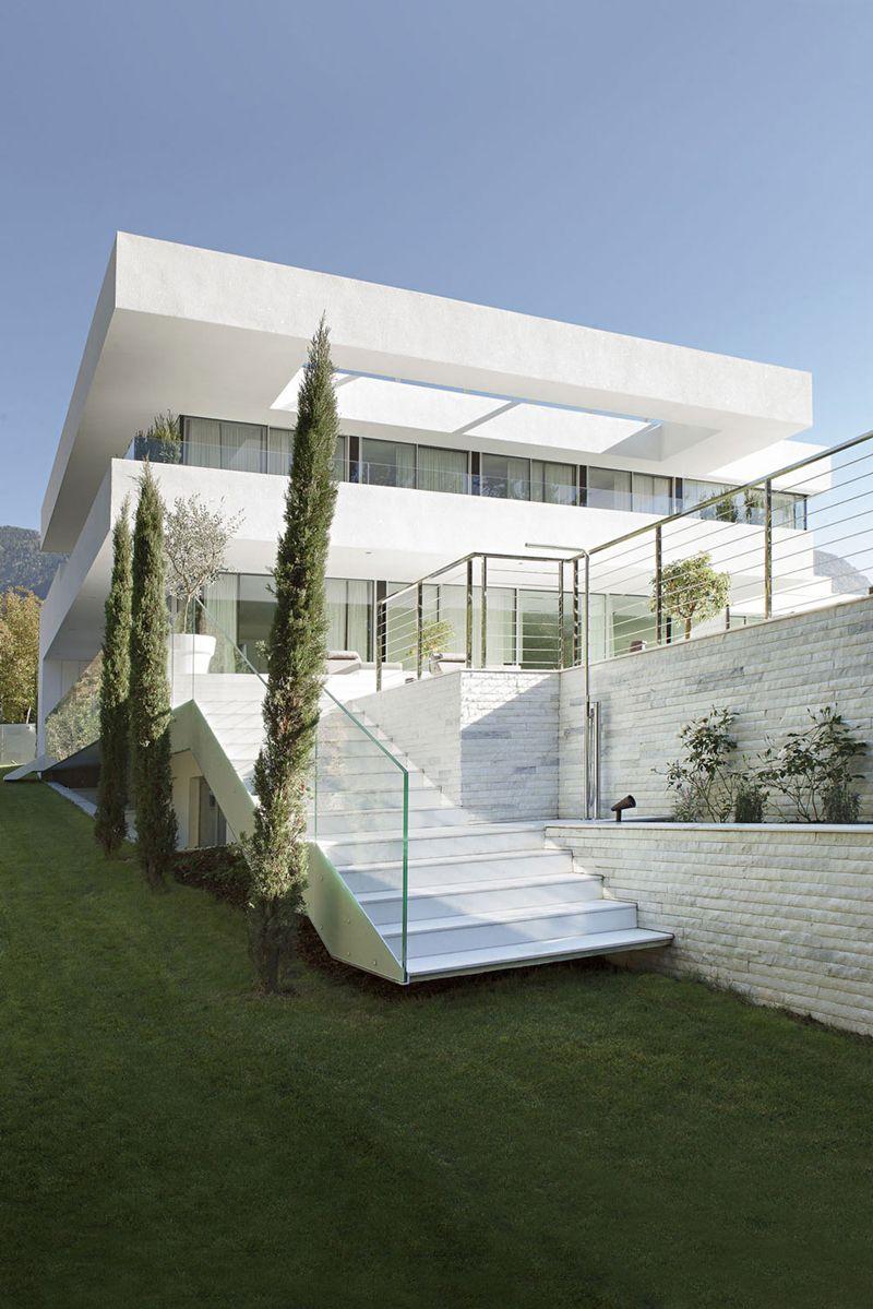 moderna casa de dos pisos con piscina diseo de hermosa fachada de trazos rectos y decoracin de interiores