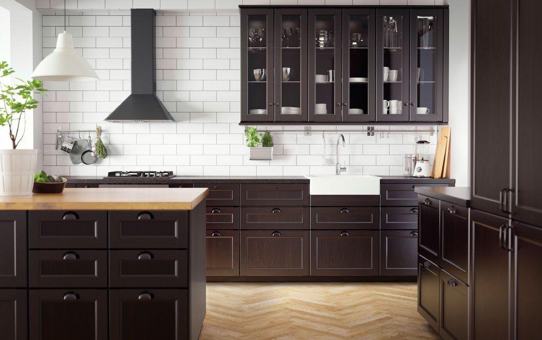 Traditionellt mörkt IKEA kök med bänkskivor i massivt trä och svart samt vitvaror i traditionell