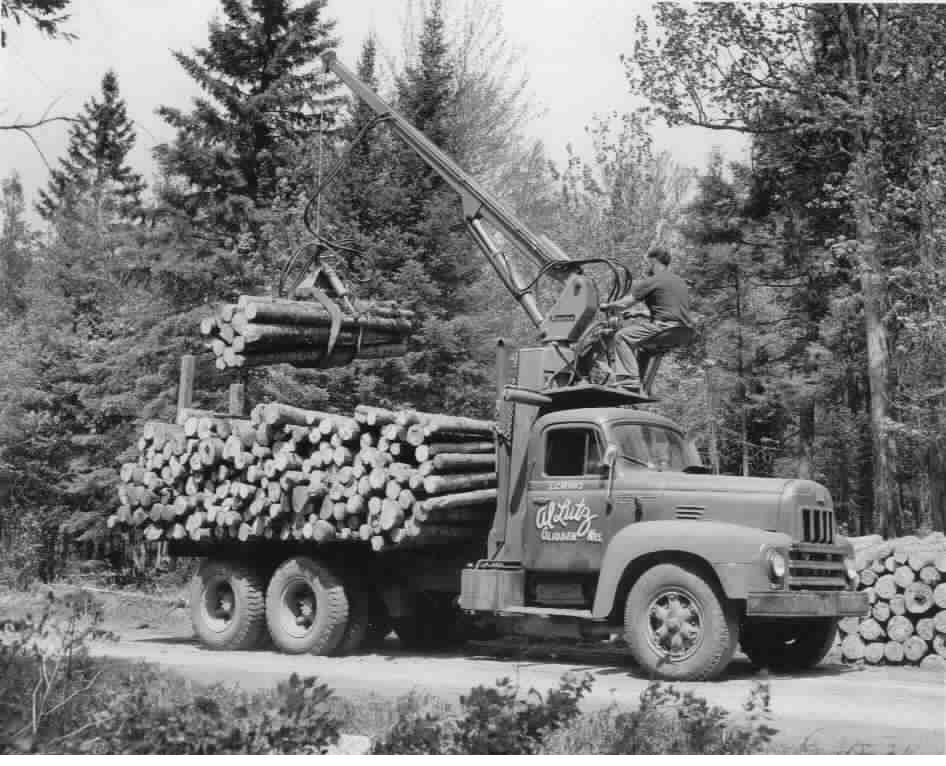 Loading A Short Wood Truck Old Logging Pictures Trucks