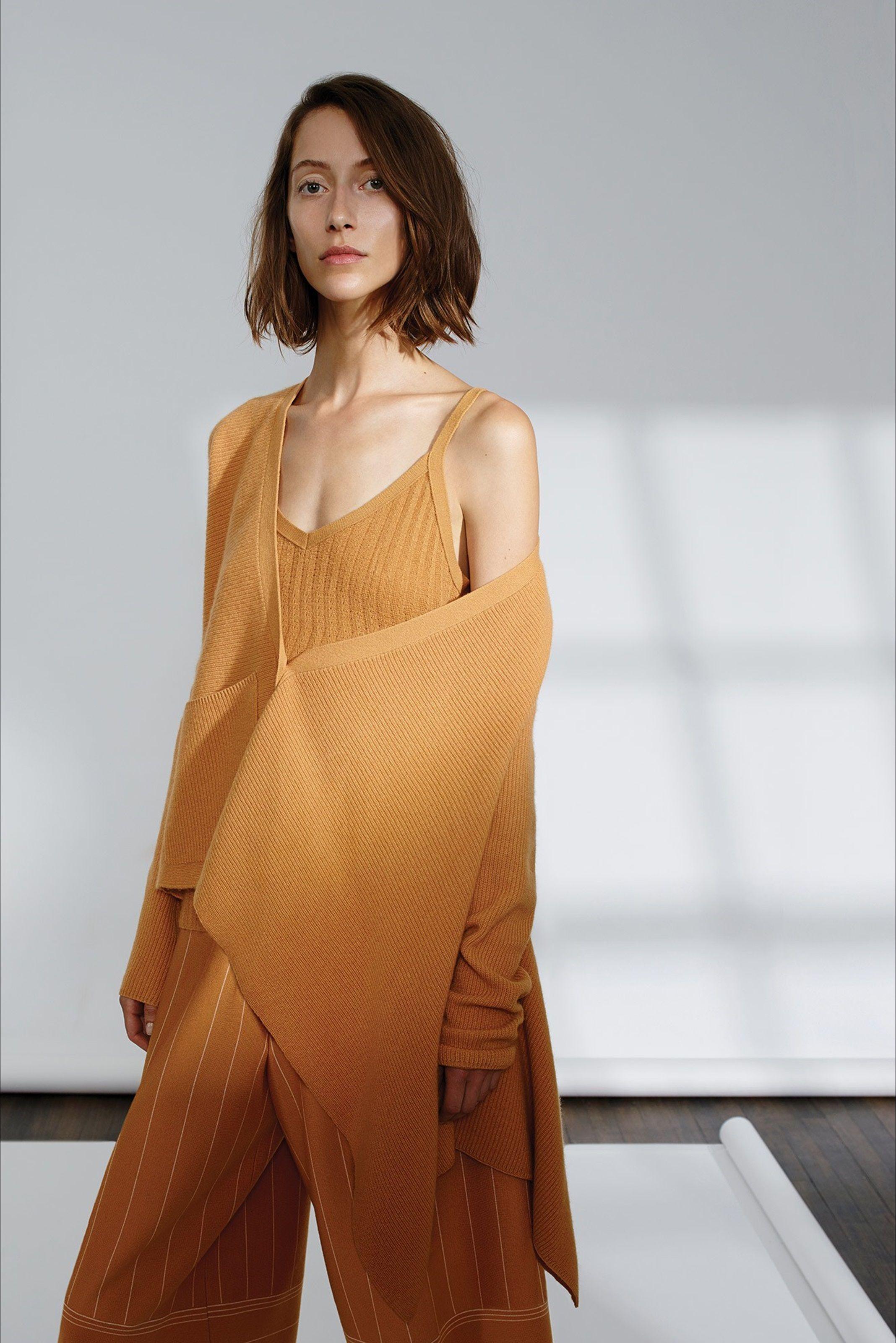 Guarda la sfilata di moda TSE a New York e scopri la collezione di abiti e accessori per la stagione Collezioni Primavera Estate 2017.