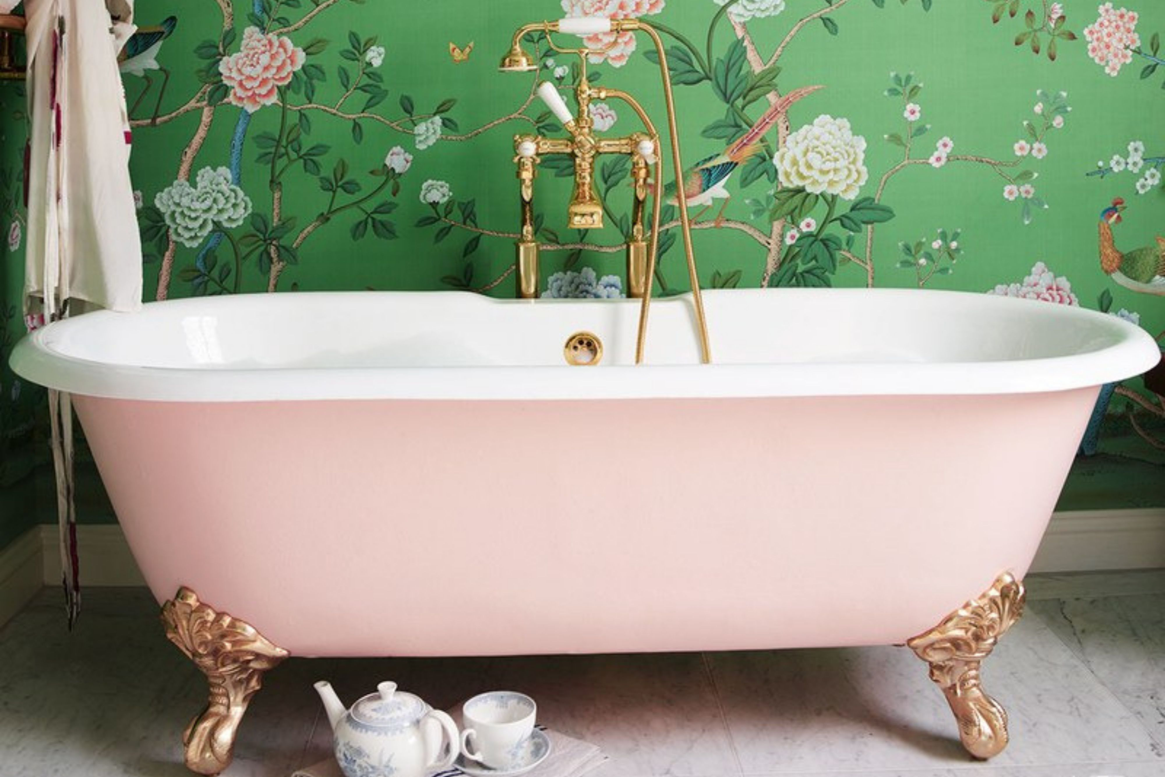 Vintage Claw-Foot Tubs (With images) | Clawfoot tub, Pink ...