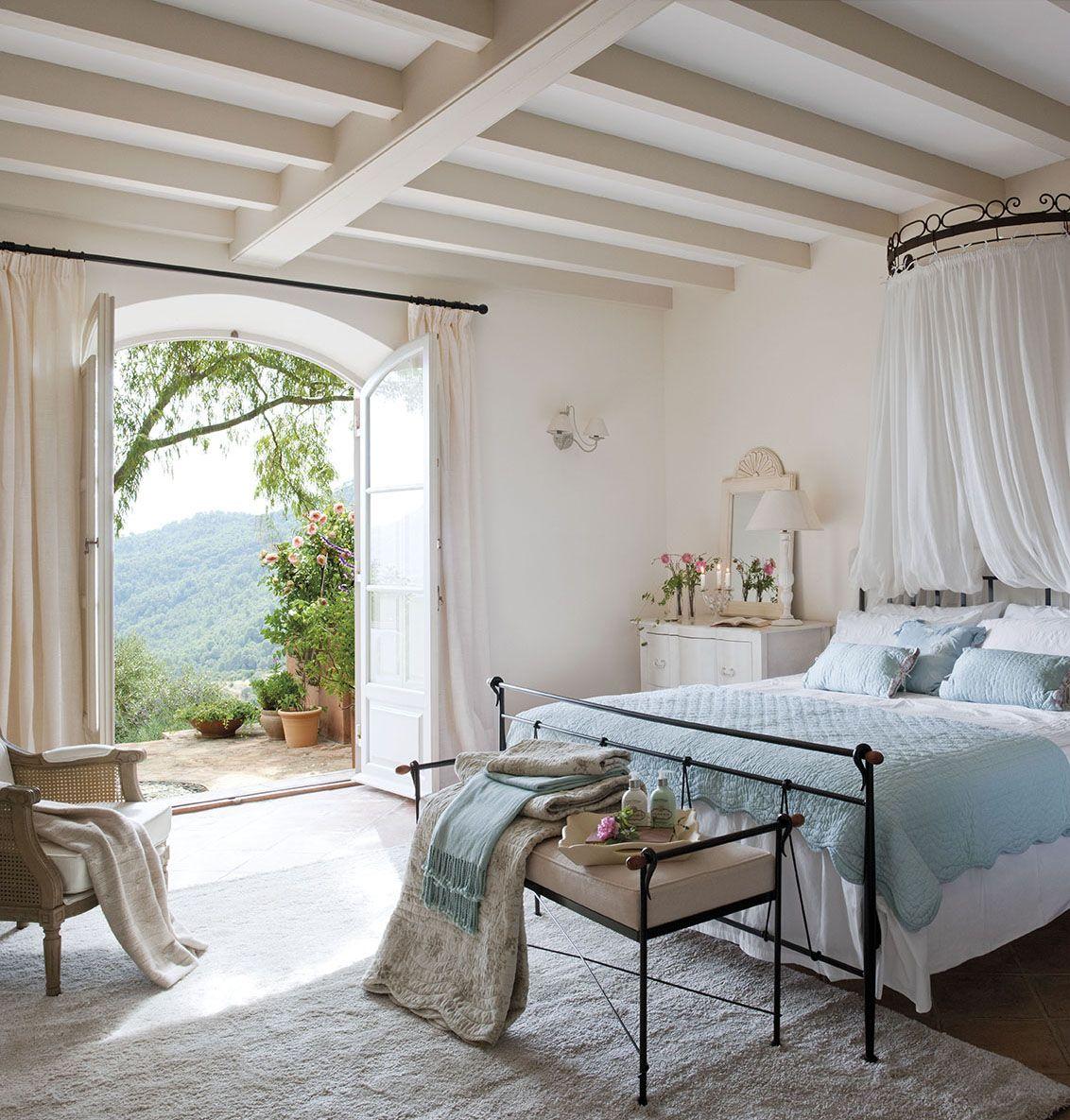 00308073. Dormitorio principal en tonos claros y turquesa con ...