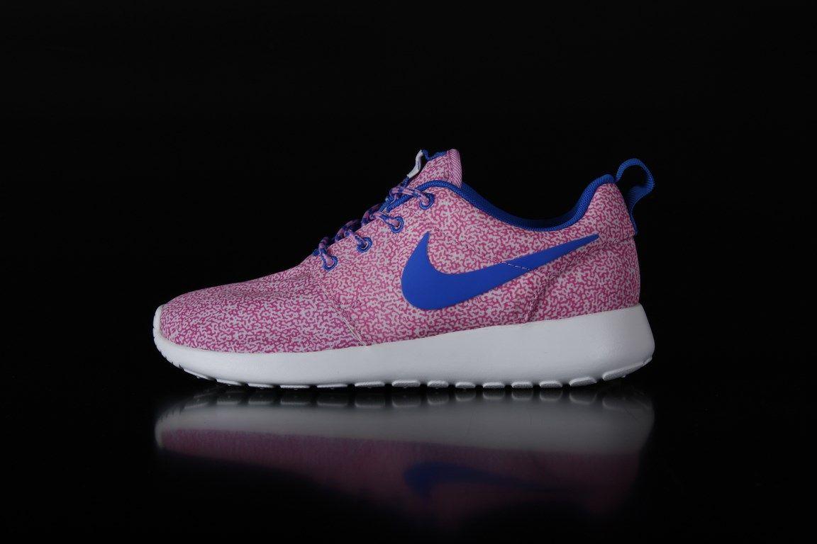 2a25d3d5886c Nike Wmns Rosherun Print Sneakers Summit White Hyper Cobalt Magneta 599432