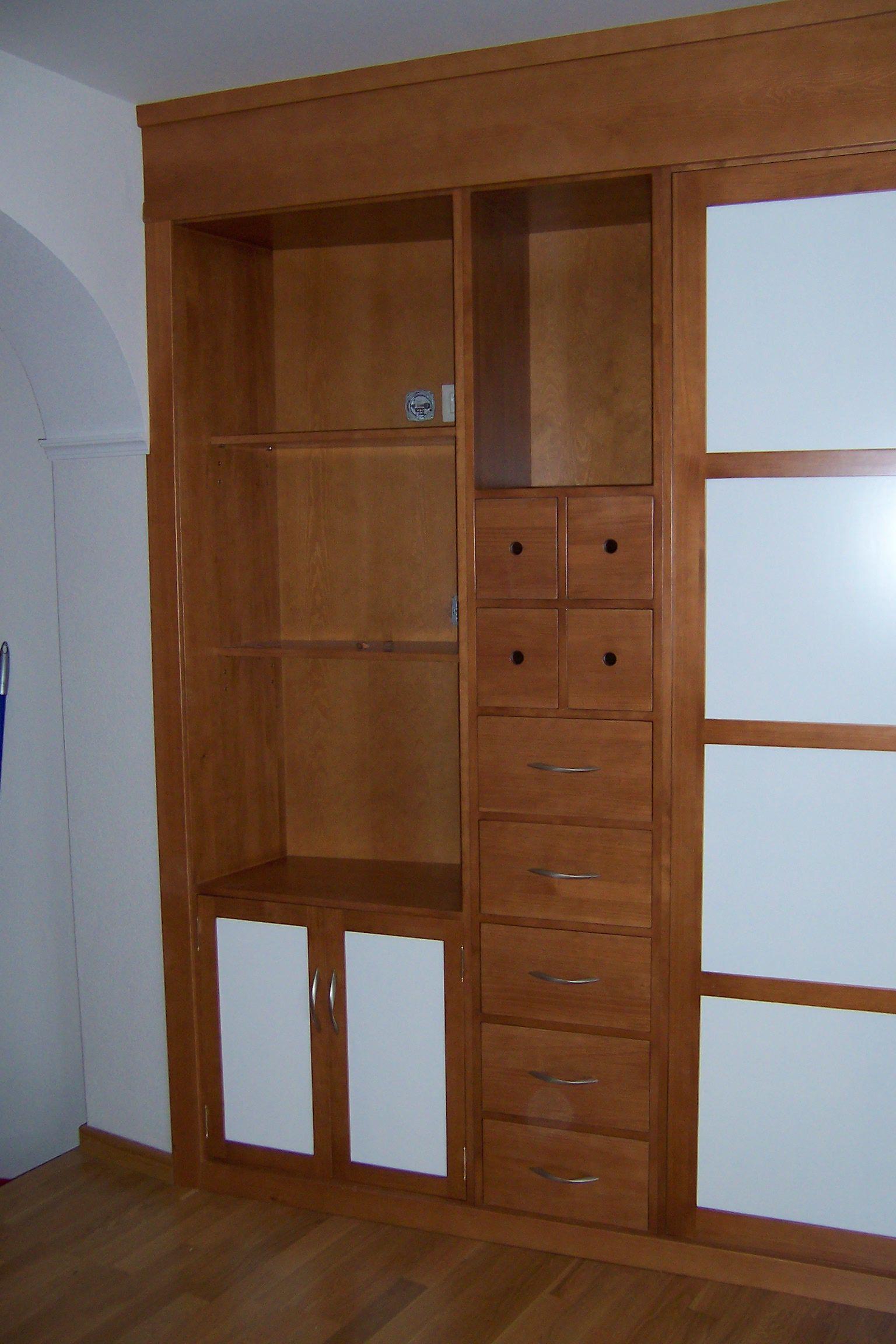 Mueble en color cerezo y laca blanca. Multifunción, en parte armario ...