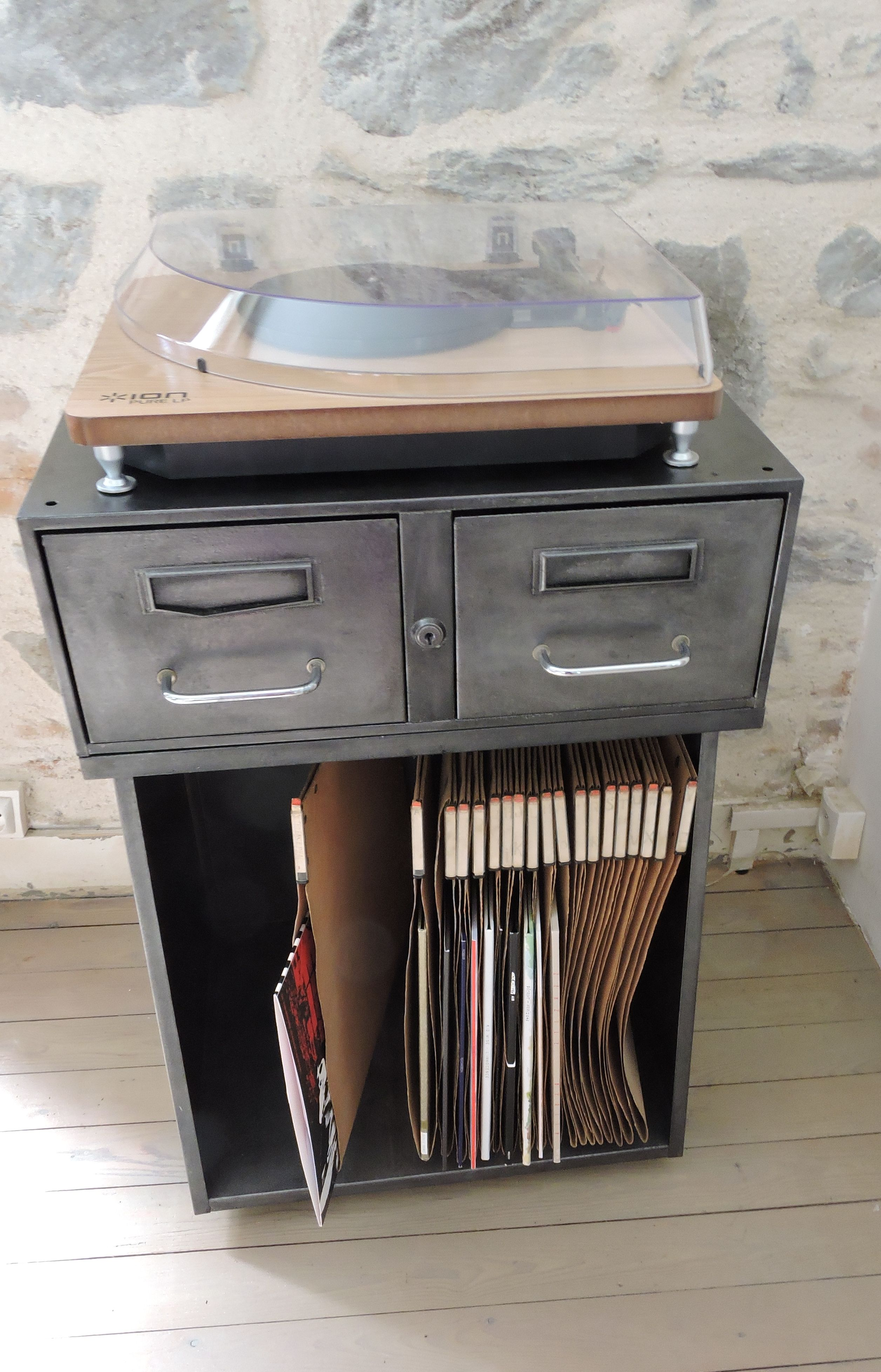 ancien meuble de bureau en metal (pièce unique) Matériaux utilisés ...