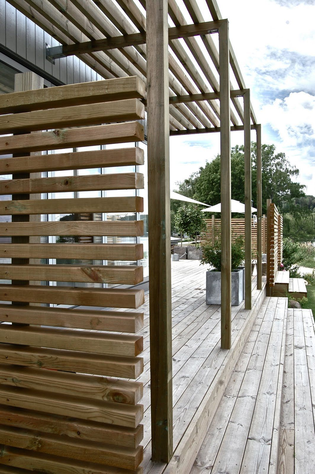 contemporary horizontal fencing Grafitgrå: En liten förstatitt... maybe we need to build something like this to hold up the honeysuckles