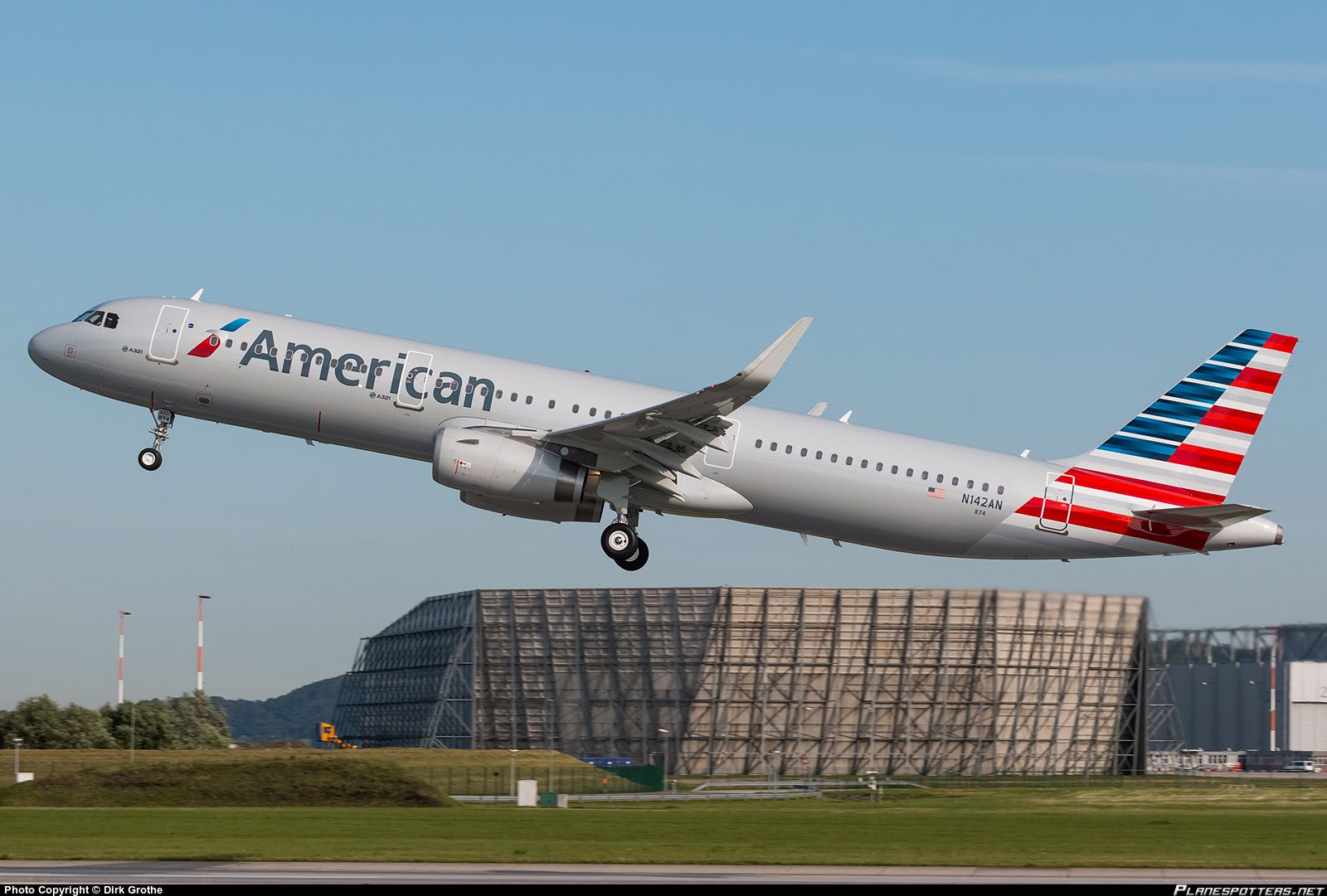 American Airlines Airbus A321-231 N142AN departing Hamburg-Finkenwerder on its delivery flight to Dallas via Pittsburgh, 1st August 2015. (Photo: Dirk Grothe)