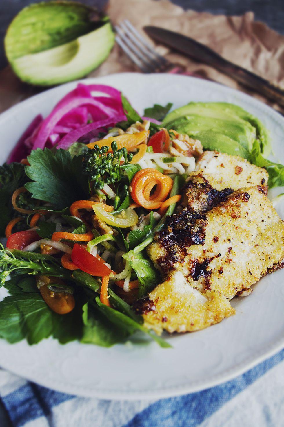 Ljuvlig sallad med limedressing och panerad tofu