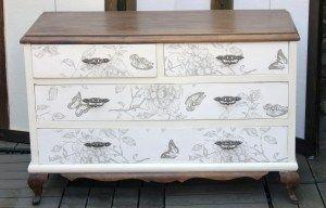 mariposas y flores en el frontal y en la trasera de la cómoda de madera de haya. Medidas . 1 x 50 x 80