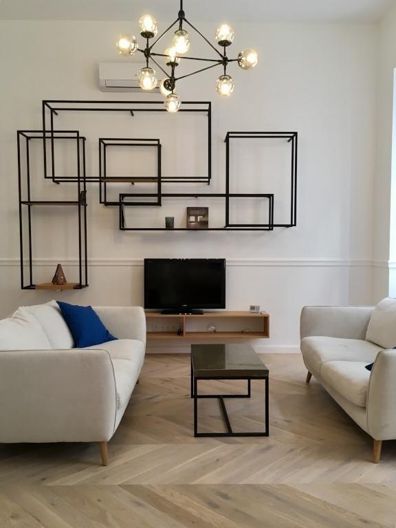 Modern eingerichtetes Wohnzimmer Das schwarze Regalsystem und die - design deckenleuchten wohnzimmer