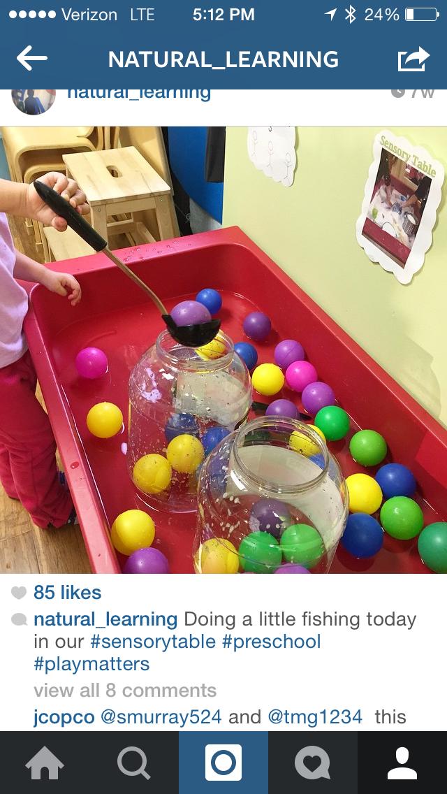 Laat een beetje water in een grote bak. Laat balletjes drijven in het water en laat de kindjes met een grote soeplepel de balletjes vangen en in de bak steken.