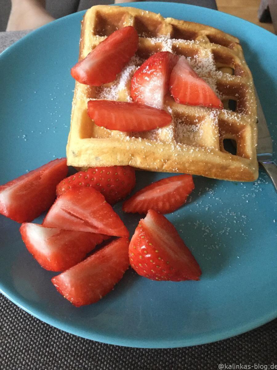 Superschnelles Geniesserfrühstück – meine Tochter und ich genießen das der Erdbeerzeit fast jeden Samstag! Passend dazu haben wir uns jetzt endlich mein Waffeleisen mit herausnehmbaren Platten gegönnt, das bedeutet dass die Reinigungs sich jetzt endlich im Rahmen hält… für knapp 30 € eine meiner besten Investitionen in letzter Zeit. Die Waffen enthalten kein Mehl, Sie...Read More