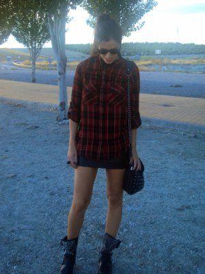 7d82c04104 nataliachamps Outfit rojo negro camisa falda Polipiel biker boots tartan  Otoño 2013. Combinar Botas Negras