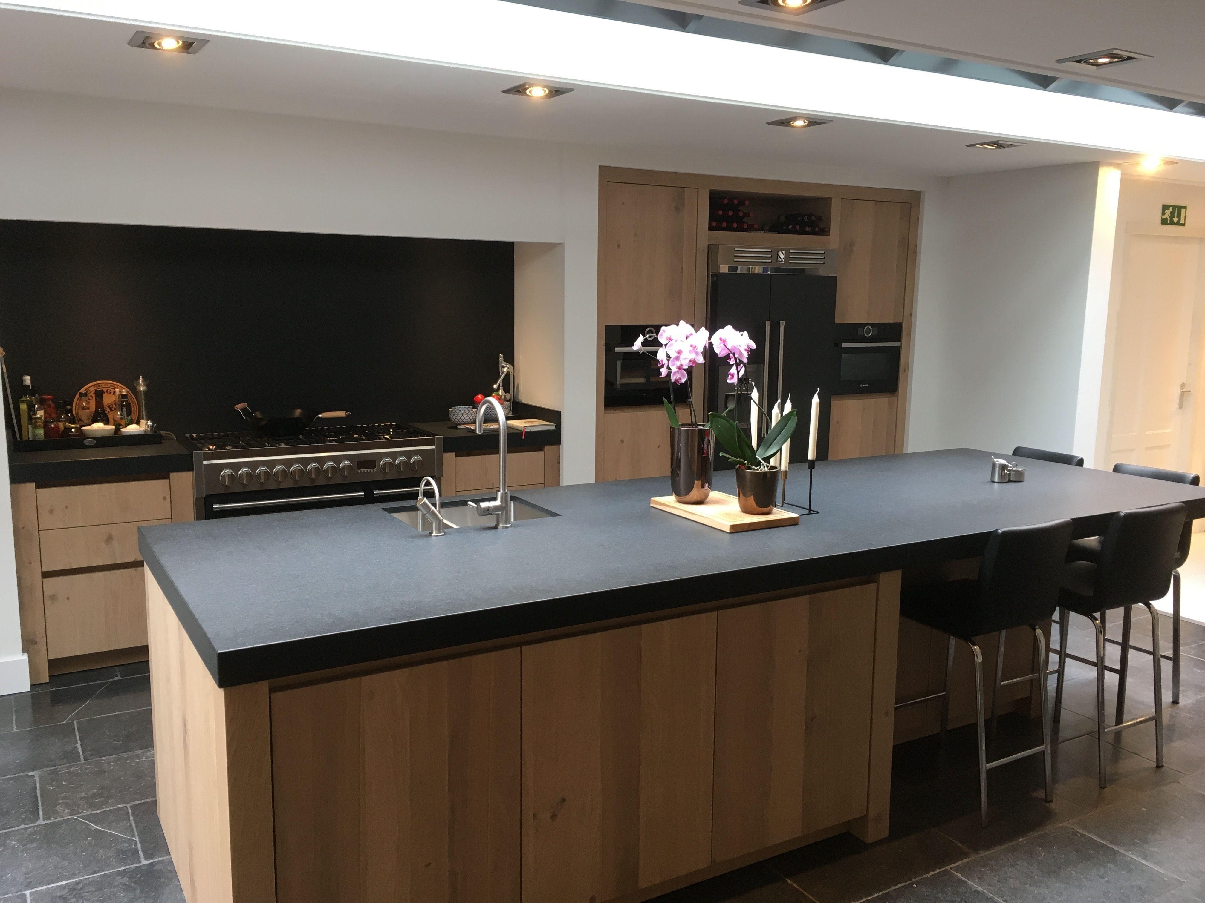 Mooi eiland hout en robuust dik donker blad barretje keukens