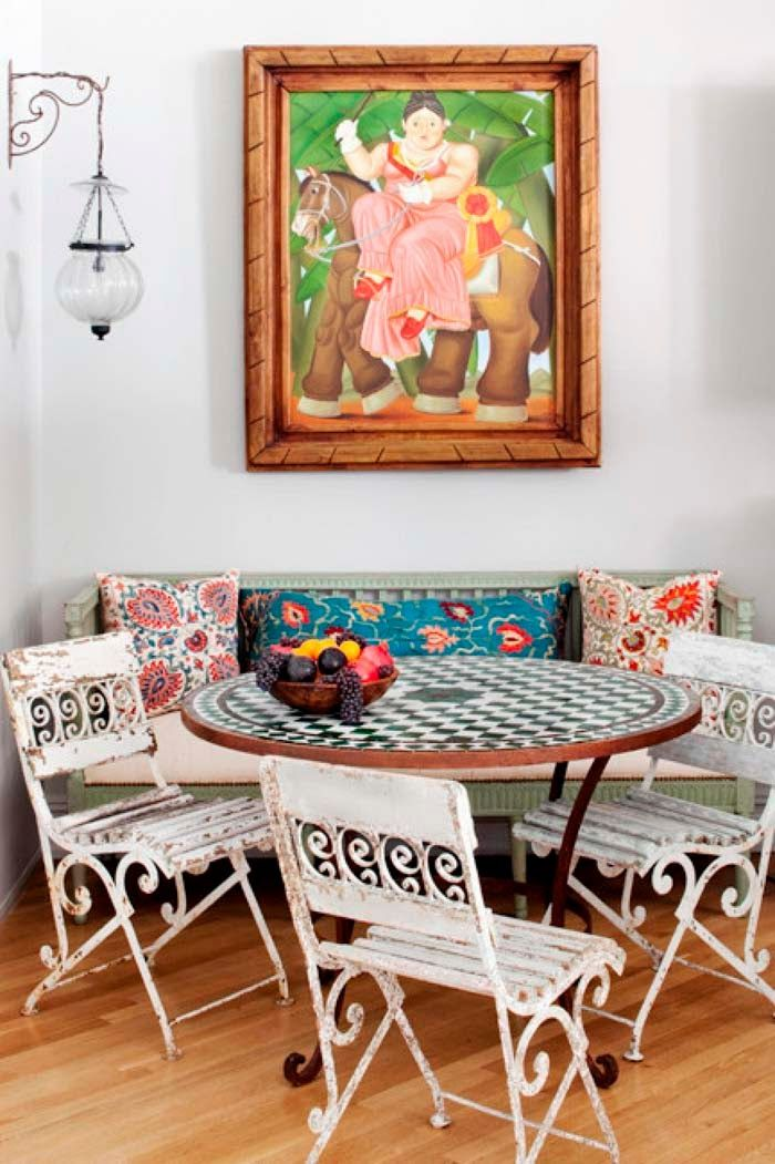 Esprit brocante dans ce salon, table de jardin et son plateau damier ...