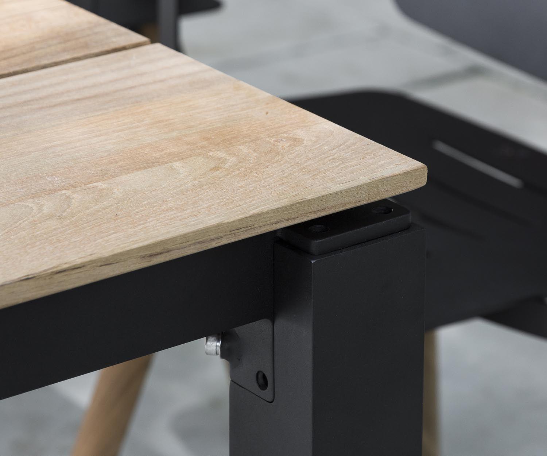 <p>Oasiq bringt mit dem Machar einen weiteren Gartentisch, der mit seinem modernen und nicht aufdringlichen Design hervorragend zu den verschiedenen Gartenstühlen der Oasiq Kollektionen passt. Die Tischplatte, sowie die Farbe der Beine können angepasst werden und harmonieren somit gut mit Teak oder Metall Gartenstühle. Ausschließlich hochwertige und wetterbeständige Materialien kommen beim Gartentisch Machar zum Einsatz.</p> <p><strong>Funktionen:</strong><br /> <br />