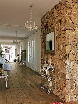 Piedra madera y mucho gusto casas decoracion for Decoracion muros interiores