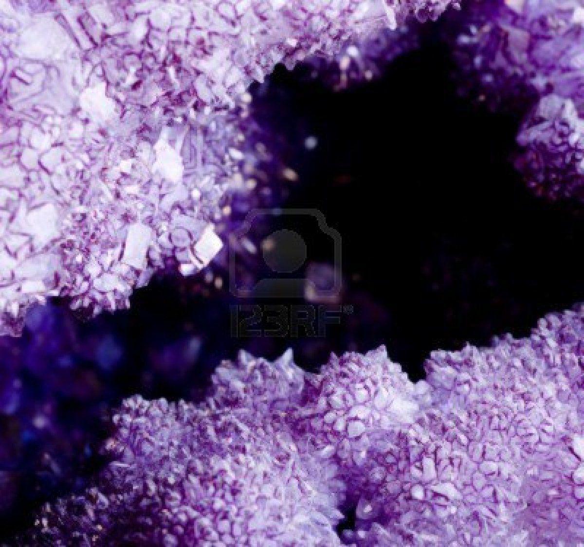piedra blanca, púrpura cristales de amatista  Foto de archivo
