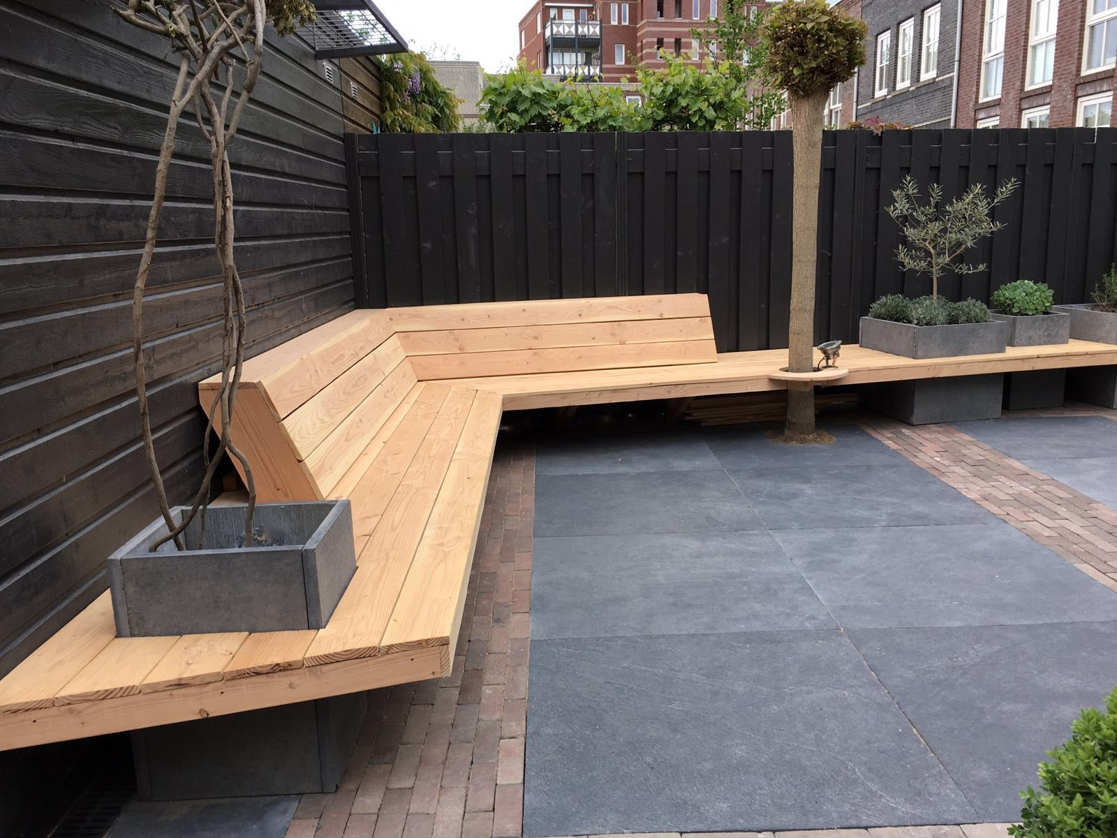 Realisatie tuin bestrating hergebruik oude stenen en tegels aangevuld met nieuwe xxl tegels - Ontwerp banken ...