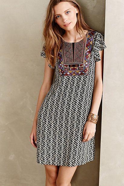 77bf357730f Bel empiècement fantaisie pour une robe à la coupe toute simple ...