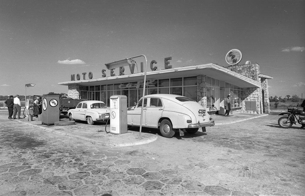 Zbyszko Siemaszko, stacja benzynowa Centrali Produktów Naftowych w Jankach, między 1957 a 1965, fot. ze zbiorów Narodowego Archiwum Cyfrowego (NAC)