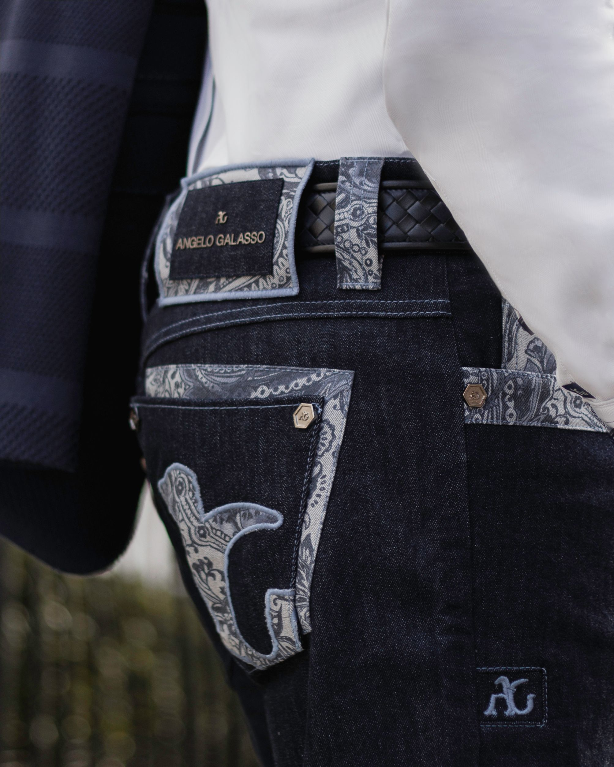 Get a magnetic look wearing this blue denim jeans ...