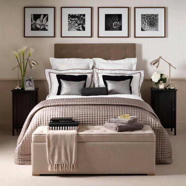 vier quadratische bilder an der wand im schlafzimmer