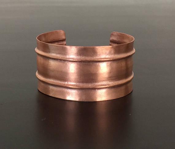 Pulsera brazalete de cobre formado pliegue artesanal con un acabado mate cepillado.  Pun ¢ o medidas aproximadamente de 1,25 pulgadas de ancho y la longitud variará dependiendo de tamaño de la muñeca. Brazalete está disponible en: pequeña (aprox: circunferencia de la muñeca de 5.5), medio (aprox: circunferencia de la muñeca 6.5), grandes (aprox.: circunferencia de la muñeca 7.5). Por favor me mensaje si usted necesita ayuda para averiguar el tamaño de su muñeca.  El acabado va desgastando…